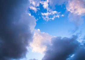 nuvens de tempestade ao pôr do sol