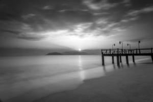 larga exposición de amanecer mágico y muelle de madera foto