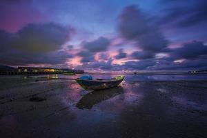 barco en la orilla foto