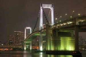 puente arcoiris en la noche foto