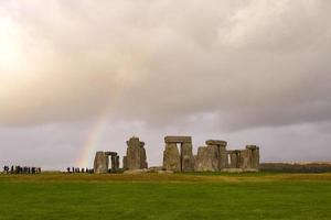 Stonehenge y un arco iris, Inglaterra