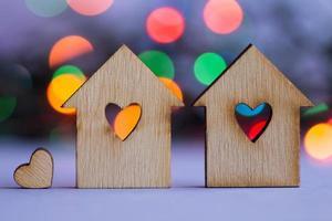 dos casas de madera con agujero en forma de corazón foto