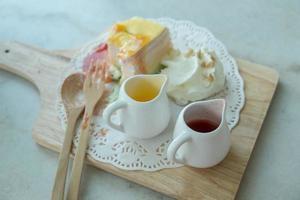 pastel de crepe arcoiris en la mesa de mable