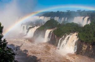 arco iris sobre hermosas cascadas de iguazú, brasil