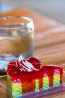 salsa de fresa sobre pastel de crespón arcoíris foto