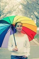 mujer joven, tenencia, grande, arco iris, paraguas foto