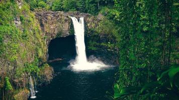 arco iris cae en hilo en la gran isla de hawái foto
