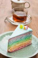 pastel de crespón de arco iris en un plato. (enfoque selectivo) foto