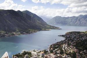 vista elevada de la bahía de kotor, montenegro. foto