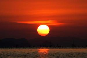 cielo al atardecer y gran sol, Tailandia. foto