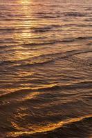 puesta de sol sobre la playa de arena foto