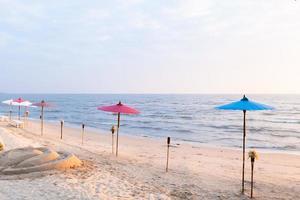 sombrilla y antorcha en la playa foto