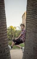 Adolescente trepando entre remolcar palmeras foto