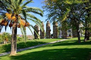 jardins perto do aqueduto romano em mérida, espanha.