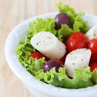 ensalada fresca de palmito (palmito), tomates cherry, aceitunas foto