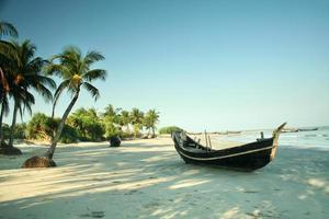 barco en la playa tropical foto