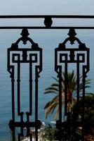 Cerrar detalle de barandilla con fondo de mar y palmeras