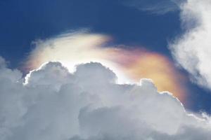 fenómeno de nubes iridiscentes antes de la lluvia. foto