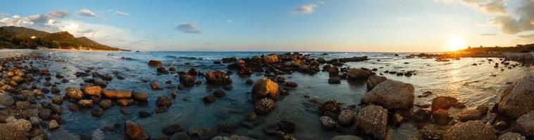 Panorama del atardecer de la costa de verano (Grecia, Zakynthos, Alykes, Ion foto