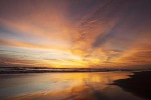 paisaje dorado del atardecer en la playa foto