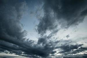 nubes de lluvia o nimbus en la temporada de lluvias foto