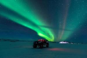 aurora boreal sobre caminhão