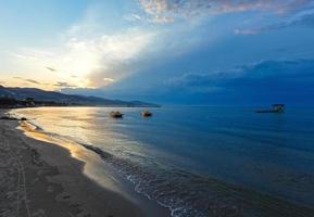 puesta de sol en la playa (alykes, zakynthos, grecia) foto