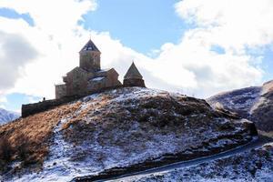 iglesia de la trinidad gergeti foto