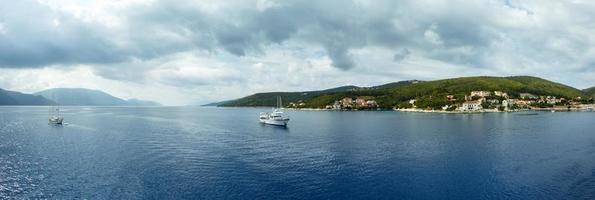Panorama de la costa de verano del mar (Grecia) foto