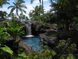 Laguna tropical y cascada. foto