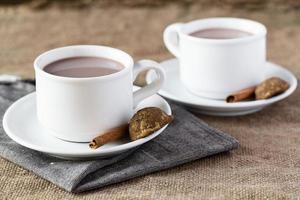 dos tazas de chocolate caliente sobre arpillera foto