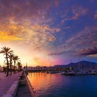 pôr do sol na marina do porto de cartagena murcia na espanha