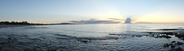 puesta de sol panorámica en la playa foto