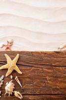 praia de areia com pranchas de madeira e papel em branco