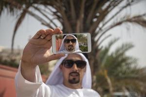 hombre árabe tomando selfie