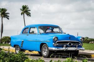 Coche de época americana azul en Cuba
