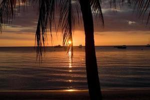 una puesta de sol sobre el mar en el caribe