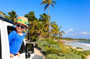 garotinho em carro off road, férias em família foto
