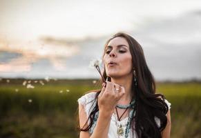 mujer boho en el campo
