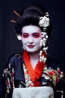 geisha en kimono en negro