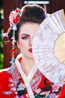 Retrato de niña hermosa con maquillaje de geisha de fantasía