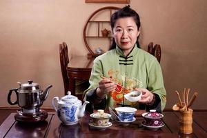 maestro de té chino haciendo una olla fresca