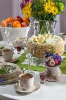 pastel de cumpleaños y café para una celebración foto