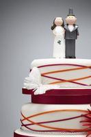 cómicas figuras de novios en la parte superior del pastel de bodas foto