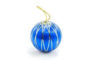 Bola de Navidad azul sobre fondo blanco. foto
