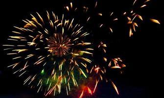saludo y fuegos artificiales de colores brillantes