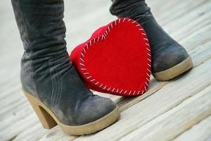 corazón en el camino y botas de mujer foto