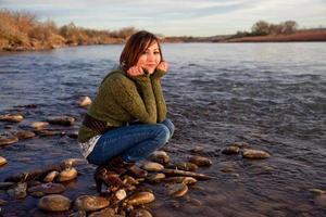 meisje lachend door een rivier