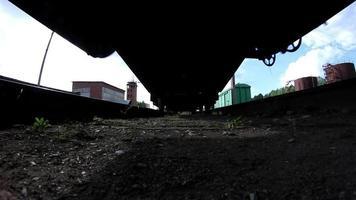 passando trem de carga em planta industrial video
