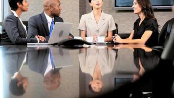equipe de negócios multiétnica em reunião de conferência video